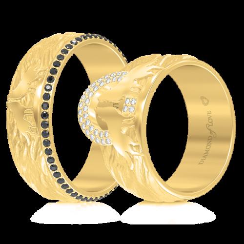 <p>Обручка в жовтому золоті зі вставками: бриллианты</p>  <p>Обручка в жовтому золоті з колекції Вірність: Сила, доповнена чорними діамантами по всьому колу - непідвладна часу елегантність. Пара вовків, яка розташувалася в центрі чоловічої моделі - уособлення єднання душ, вічної любові і відданості, а також стилістична особливість даної обручки.&nbsp;<br /> Прикраса неодмінно стане талісманом Вашої молодої сім'ї</p>  0013264
